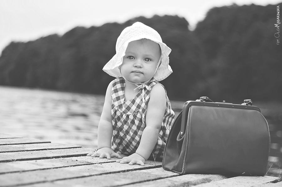 Mała dama z torebką na molo w Olsztynie.