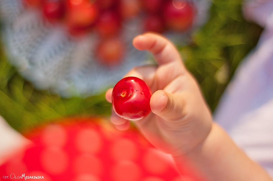 Zdjęcie detalu - rączka dziecka trzymającego owoc. Fotograf Olsztyn.