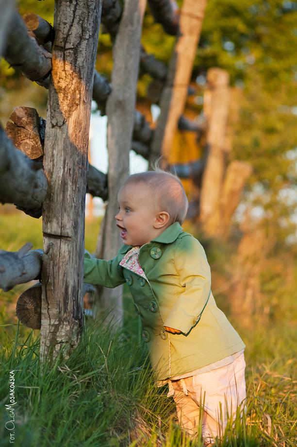 Kolorowe zdjęcie dziewczynki, w plenerze w Olsztynie.