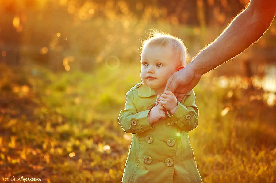 Zdjęcie małego dziecka z rodzicem. Plener, fotograf dzieci Olsztyn.