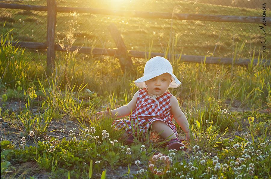 Fotografia pod słońce, zdjęcia pod słońce małej dziewczynki.