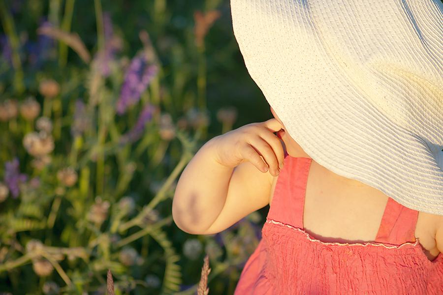 Zdjęcie dziewczynki w kapeluszu. Sesja zdjęciowa dla dzieci.