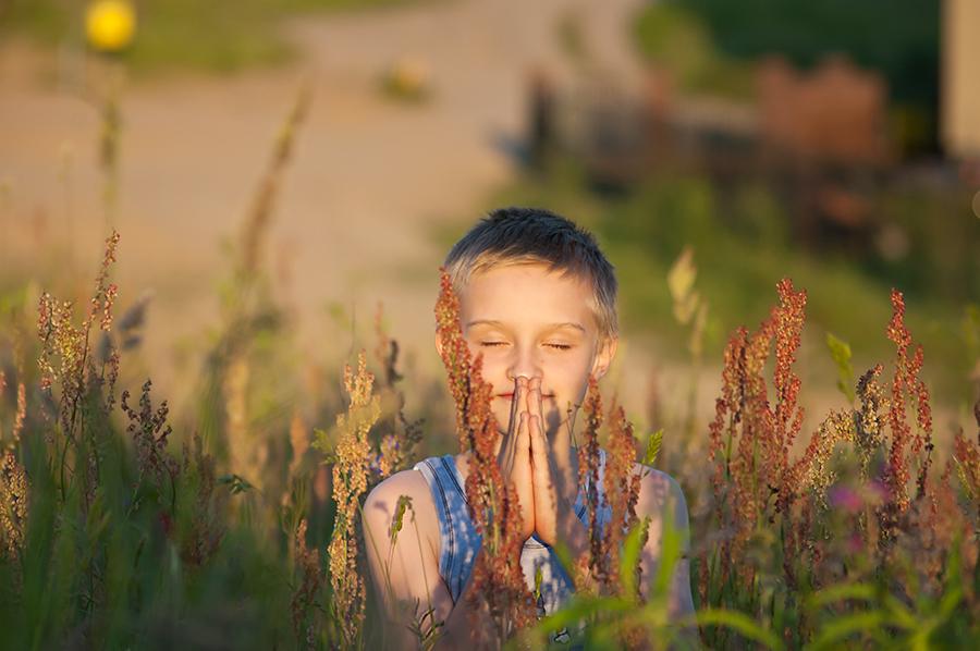 Przymiarka do zdjęć z komunii. Fotografia dzieci Olsztyn.