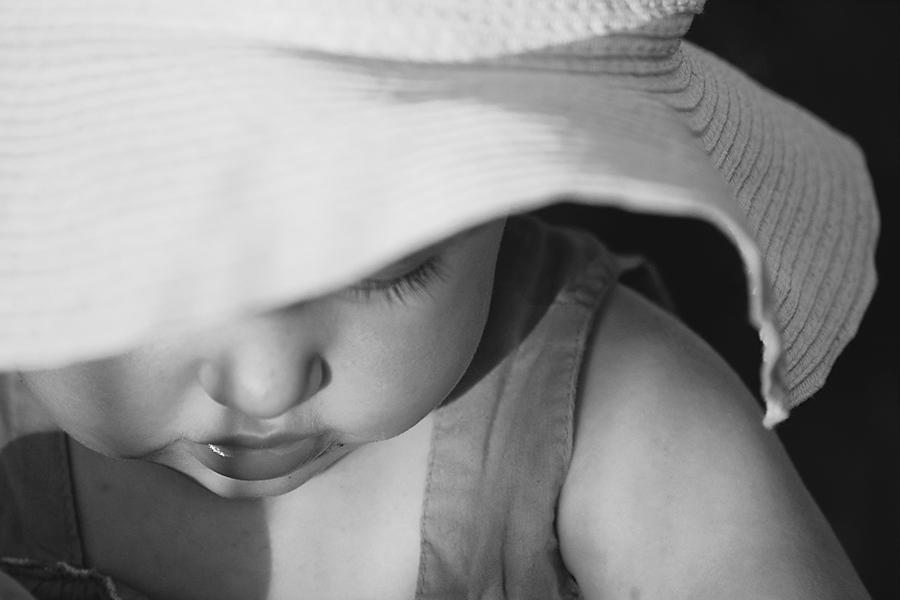 Czarno-biały portret dziecka. Fotograf Olsztyn, województwo warmińsko-mazurskie