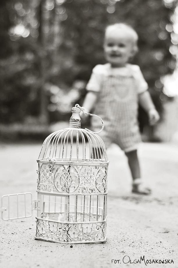 Czarno-biała fotografia małej dziewczynki. Fotograf dziecięcy Olsztyn.