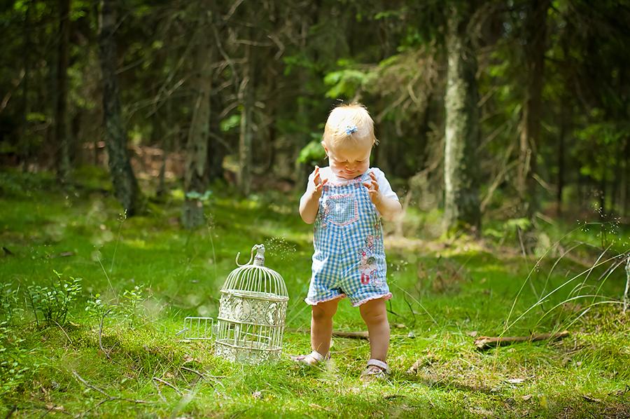Zdjęcie dziecka w lesie. Fotograf dziecięcy Olsztyn.