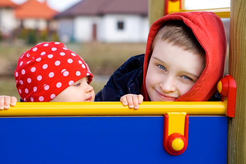 Zdjęcie rodzeństwa podczas zabawy w Olsztynie