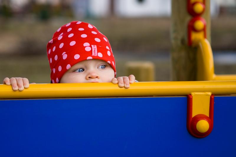 Zdjęcie dziecka na placu zabaw - sesje dzieci Olsztyn