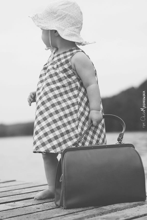Mała dziewczynka na molo podczas sesji zdjęciowej w Olsztynie.