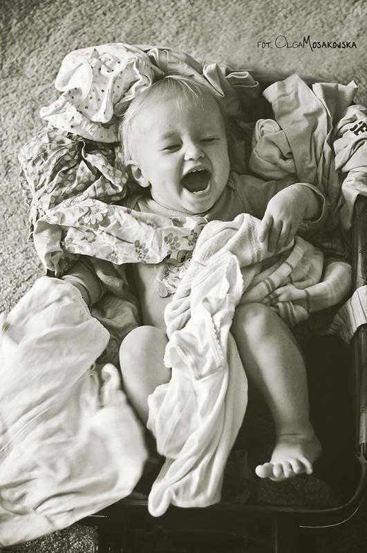 Zdjęcie dziecka w walizce. Wakacyjny projekt fotograficzny. Fotograf Olsztyn.
