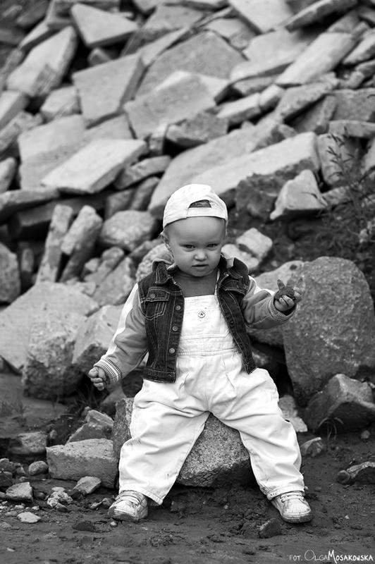 Zdjęcie dziecka w okolicach Olsztyna (warmińsko-mazurskie). Sesja do projektu fotograficznego.