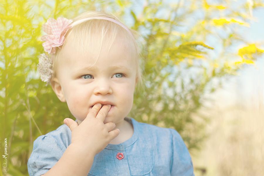 To samo zdjęcie dziecka podczas sesji plenerowej, ale inna obróbka zdjęcia.