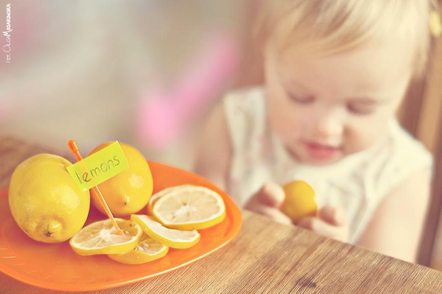 Zdjęcie dziecka jedzącego owoce.