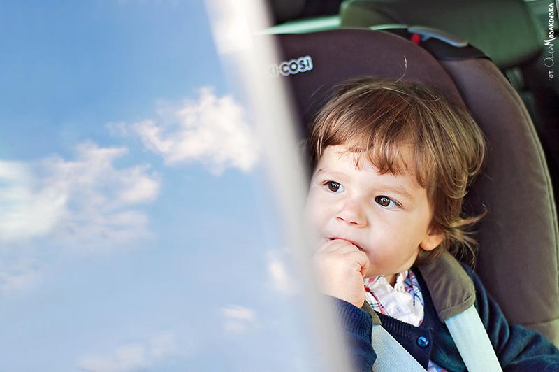 Projekt fotograficzny - chmury Zdjęcie małego dziecka w samochodzie.