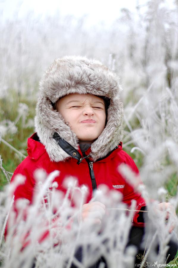 Zimowy plener chłopca. Fotografia dziecięca Olsztyn.