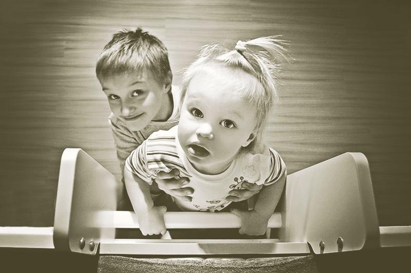Projekt fotograficzny - Z perspektywy żyrafy. Zdjęcia dzieci robione z góry.