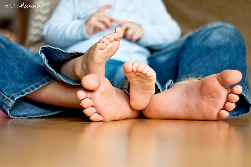 Projekt fotograficzny - Coś niebieskiego. Fotografia dziecięca, detal - stopy dzieci.