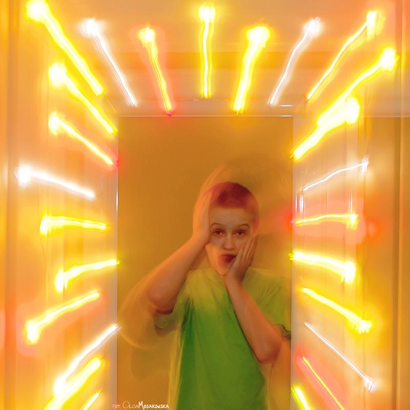 Projekt fotograficzny - długi czas naświetlania. Zdjęcie dziecka