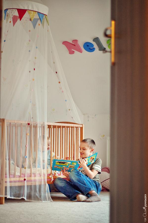 Projekt fotograficzny - miłość. Zdjęcie domowe dzieci, rodzeństwa.
