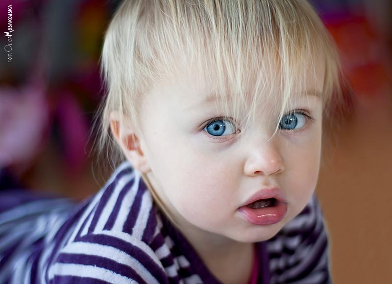 Projekt fotograficzny - oczy. Portret małej dziewczynki, zdjęcie dziecka podczas zabawy.