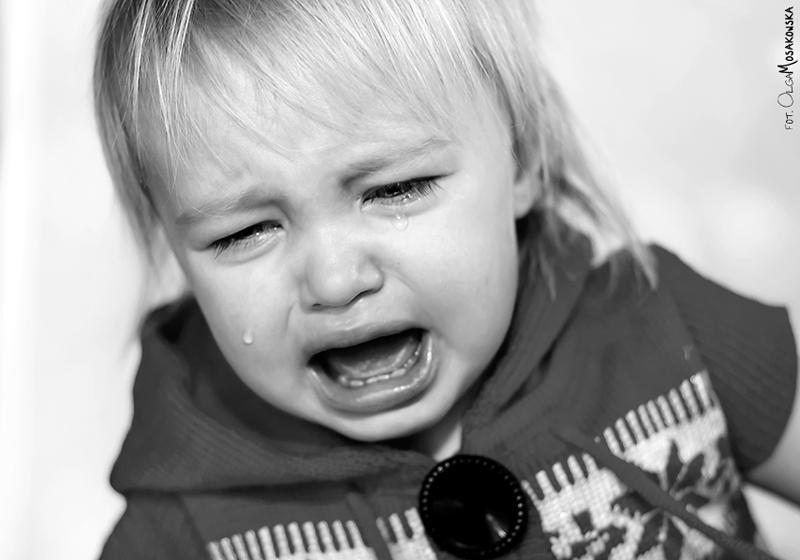 Projekt fotograficzny - smutek. Zdjęcie płaczącej dziewczynki.
