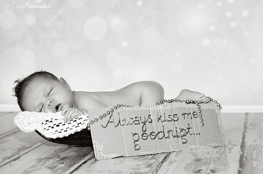 Zdjęcie śpiącego noworodka. Fotograf dziecięcy Olsztyn.