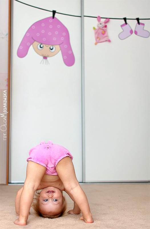 Projekt fotograficzny - coś różowego. Zdjęcie małej dziewczynki w swoim pokoju, w Olsztynie..
