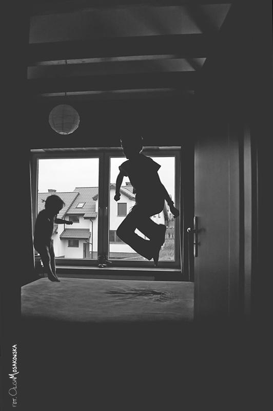 Projekt fotograficzny - pod światło. Fotografia skaczących dzieci , w domu (Olsztyn).